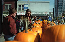 10.10.11_225px-Shopping_for_pumpkins_in_Ottawa