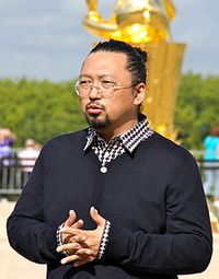 11.06.21 220px-Takashi_Murakami_at_Versailles_Sept._2010_(crop)
